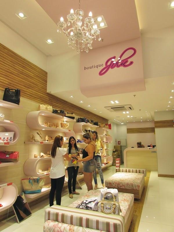 """A loja, que foi inaugurada há um mês, foi decorada e pensada para deixar as  """"petites"""" mais apaixonadas ainda pela marca, vejam:"""