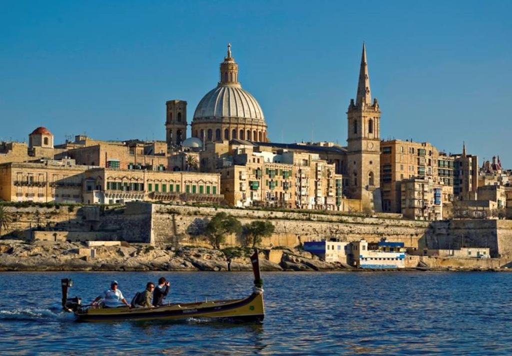 intercâmbio de estudos em Malta lary di lua